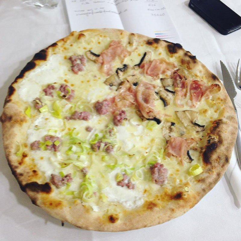 Pizza bianca con salsiccia,porro, pancetta e funghi