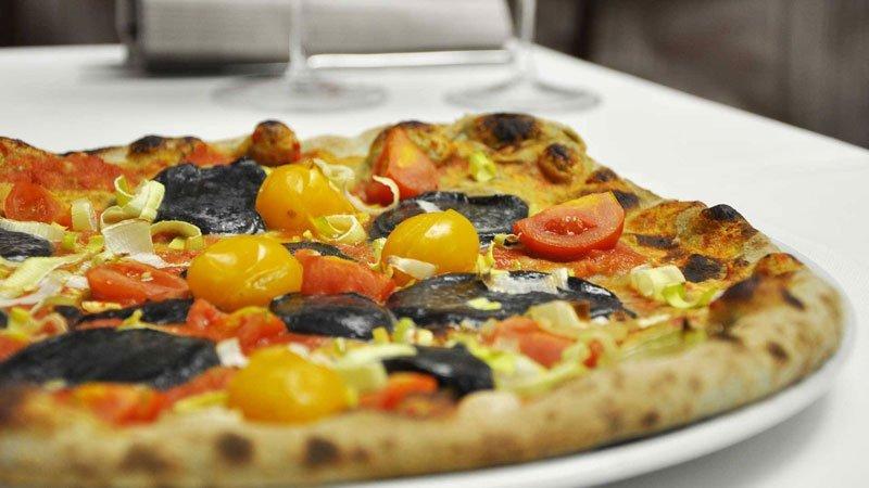 Pizza con pomodorini gialli , rossi e nero di seppia