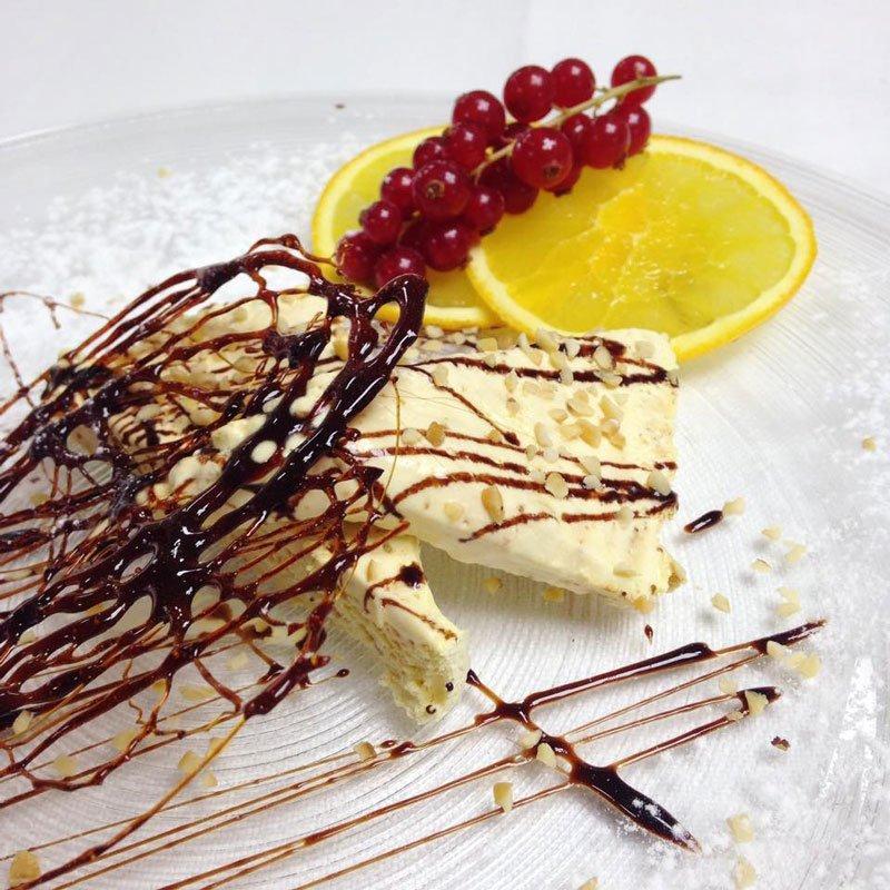 Torta bianca e al cioccolato con caramello e ribes