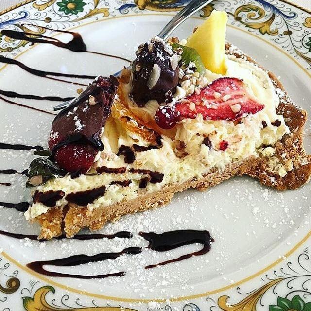 Fetta di cheesecake alla frutta ricoperti di cioccolato