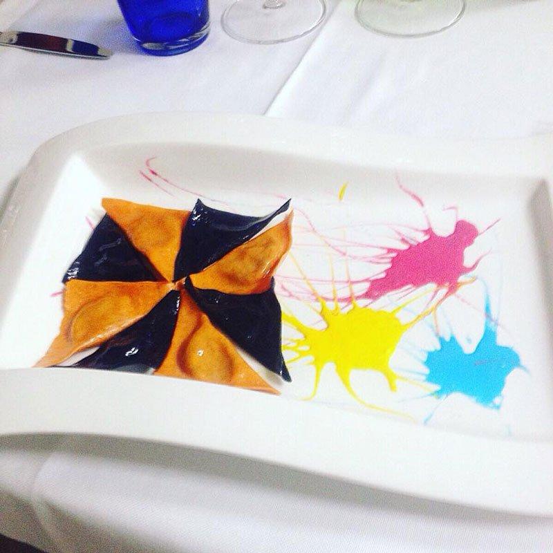 Ravioli a forma di triangolo, e schizzi di colore decorativi