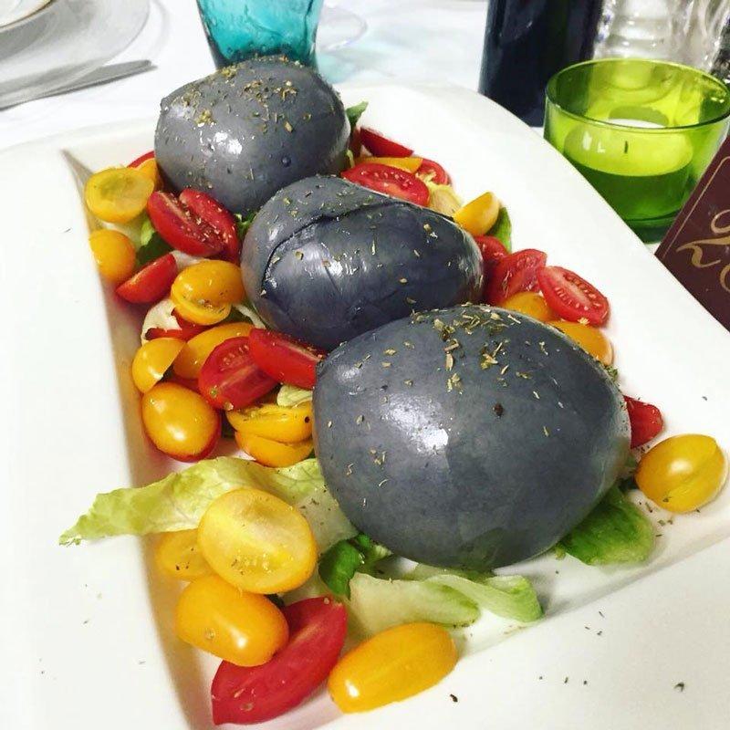 Piatto di mozzarelle al carbone vegetale con pomodorini
