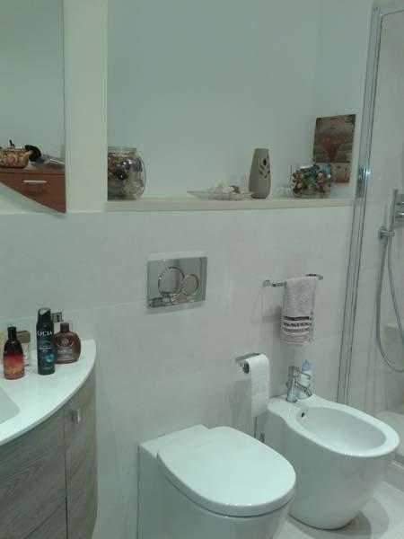 bagno con bide, lavabo e oggetti da bagno