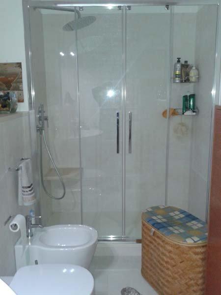 bagno con box doccia, bide, lavabo e arredo da bagno