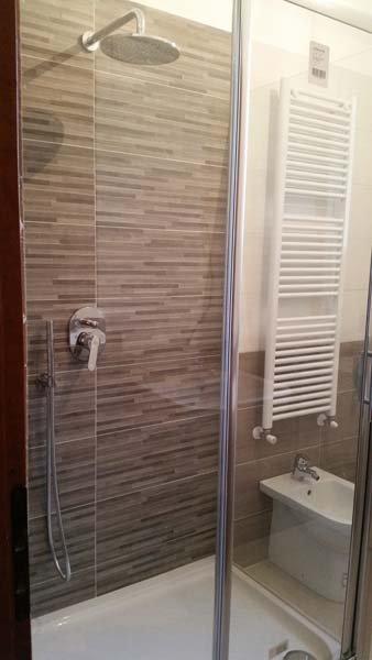 box doccia in vetro in un bagno con bide