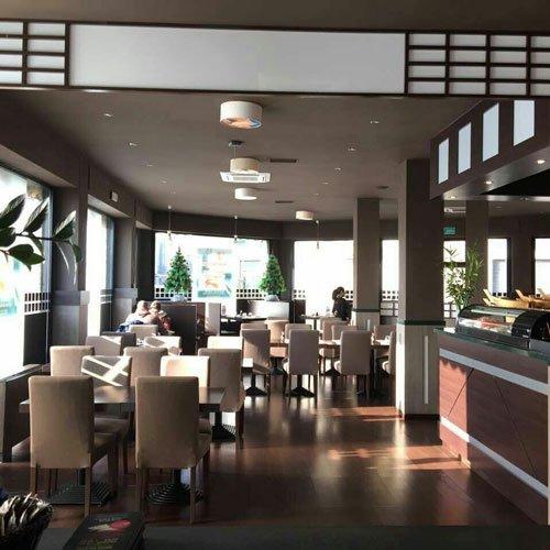 interno del ristorante con dei tavoli