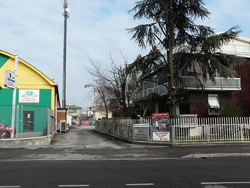 due edifici e in mezzo un veicolo