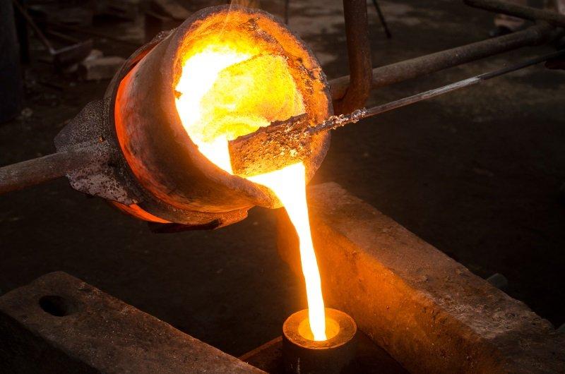 un barile da cui cola un materiale rovente