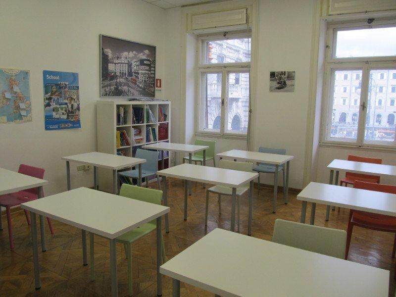 aula con tavolini