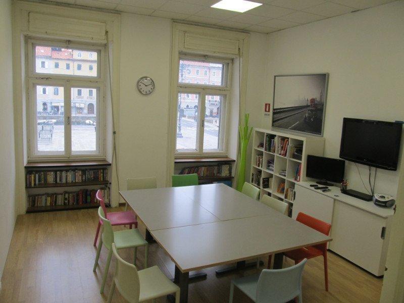 aula con tavolo quadrato