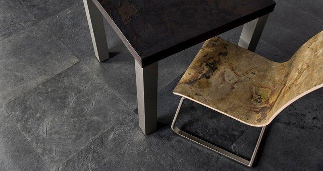 vista dall`alto di  due gambe di tavolo e una sedia
