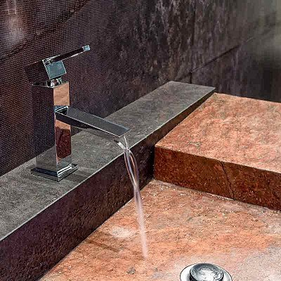 lavabo in pietra con acqua che scorre