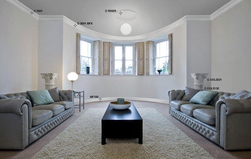 vista di un ampio salone con tavolo nero in mezzo a due divani