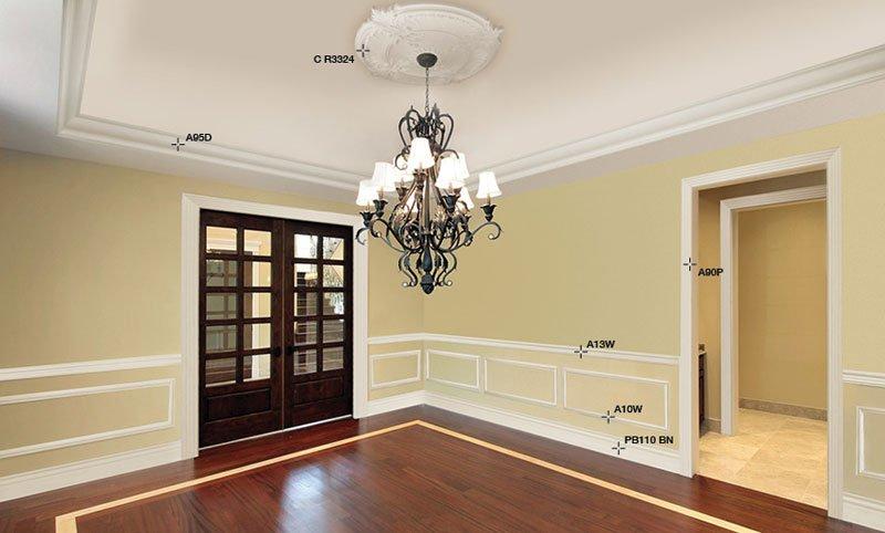 stanza senza mobili con lampadario antico