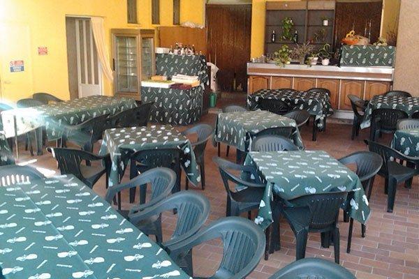 tavoli con delle tovaglie verdi in trattoria