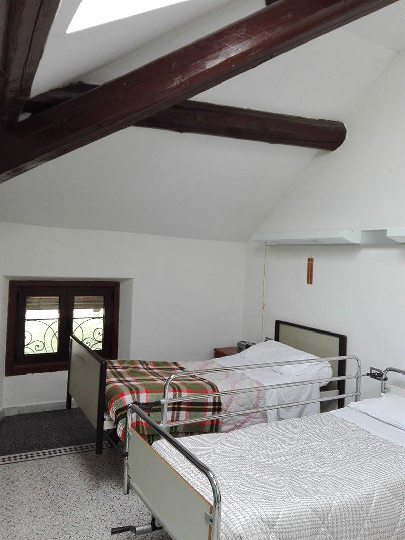 un letto singolo e uno ospedaliero in una stanza