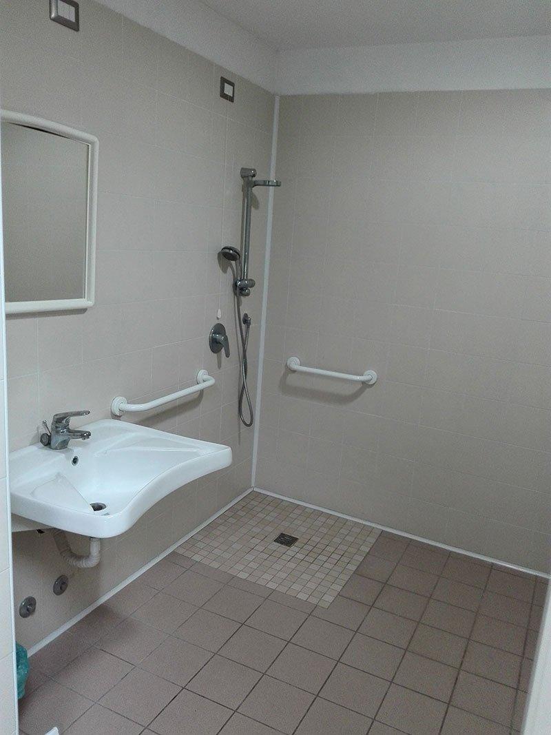 un bagno con un lavabo e doccia a vista