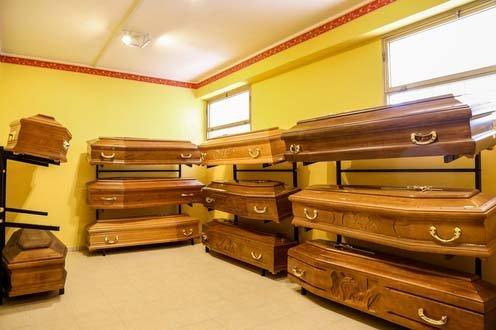 bare all'interno di una sala dell'agenzia funebre