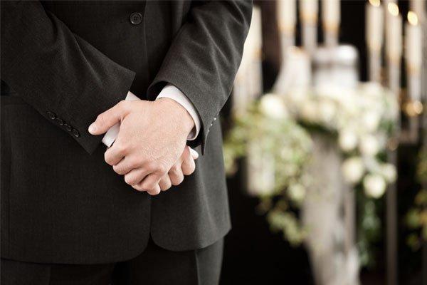un uomo con le mani in preghiera