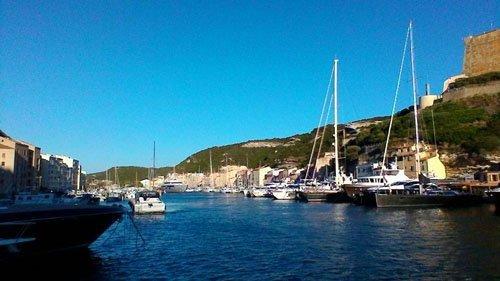barche che costeggiano il porto