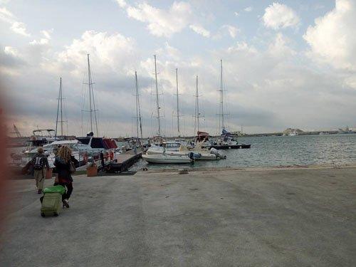 persone si dirigono verso un porto