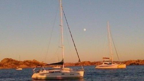 barca a vela durante il tramonto