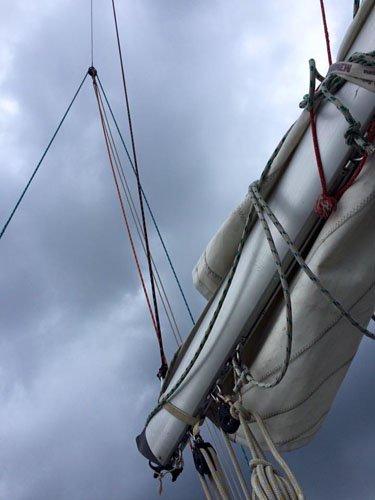 barca con vela raccolta