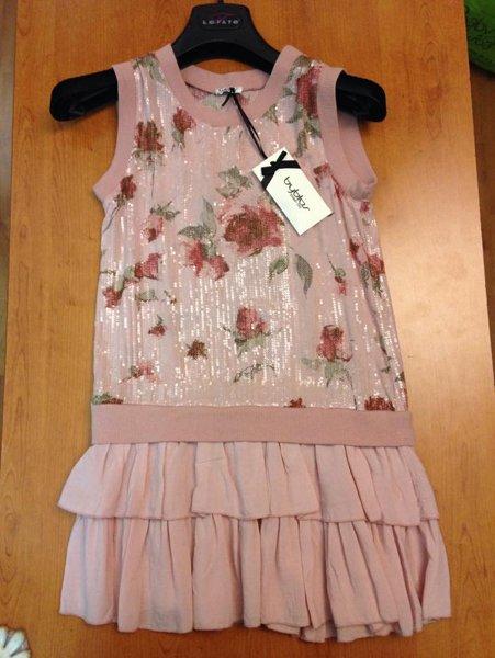 vestito rosa con rose raffigurate e gonna