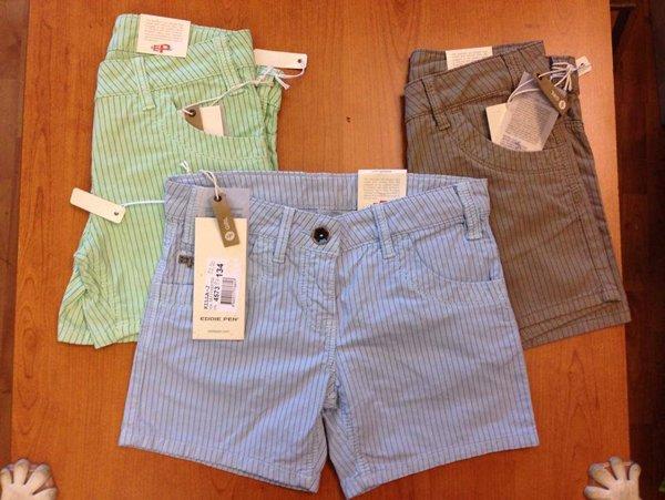 stock di pantaloncini verdi, azzurri e marroni