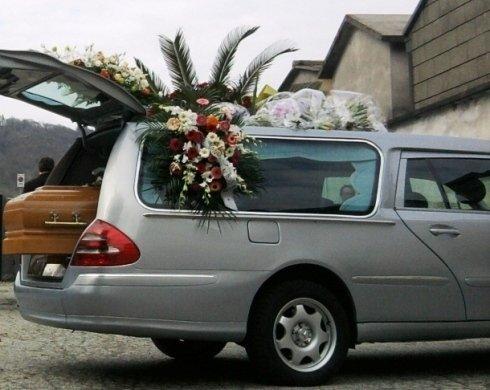 vista laterale carro funebre