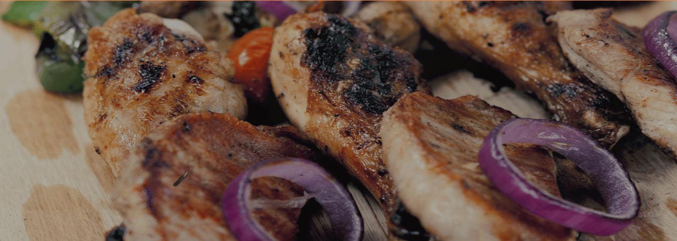carne alla griglia con anelli di cipolla