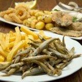 due piatti di pesce e patatine fritte