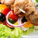 spiedino di carne con contorno di verdure