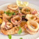 fritto misto di pesce con spicchio di limone