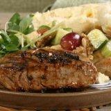 carne arrostita con contorno di verdure e formaggio
