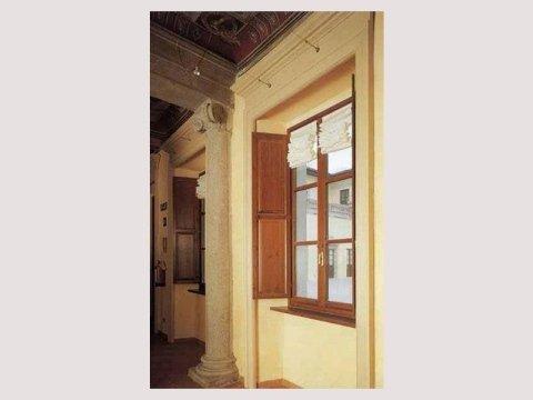 Finestra in legno verniciato