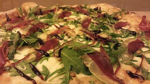 Pizza speck e rucola a Bellaria