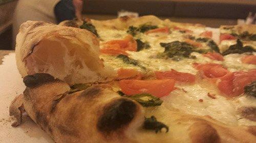 pizza deliziosa fatta con ingredienti freschi a Bellaria