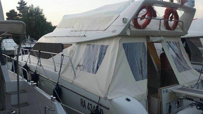 Copertura aperta della barca all'alba a Muggiò