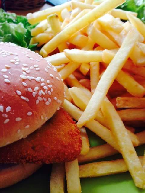 Patatine fritte con hamburger