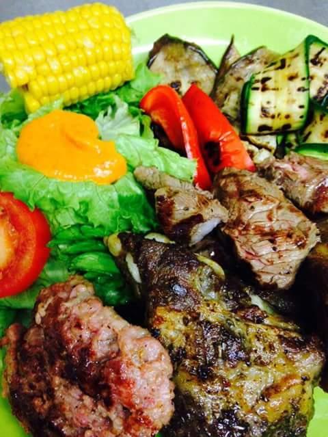 grigliate miste, piatti con contorno di verdure