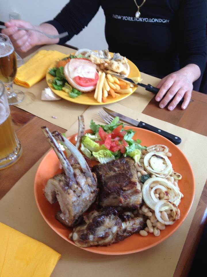 hamburger e carne con contorno