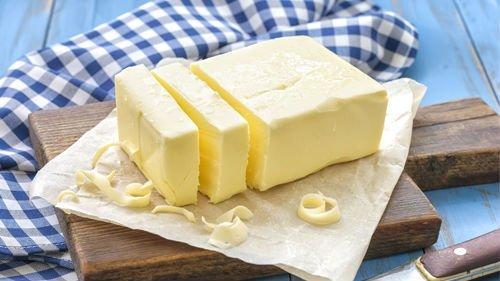 un tagliere con delle fette di burro