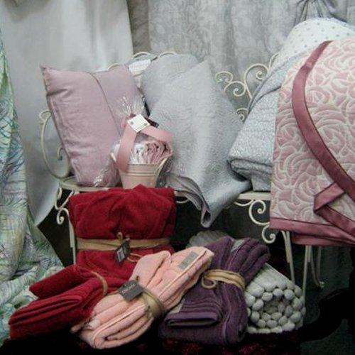 Cuscini di forme e colori diversi, lenzuola