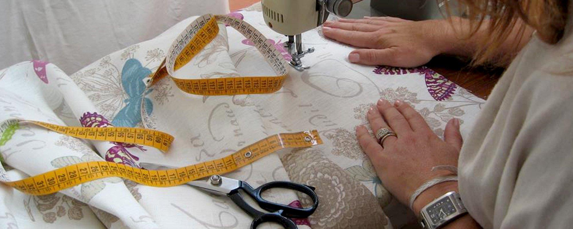 La sarta mentre cuce
