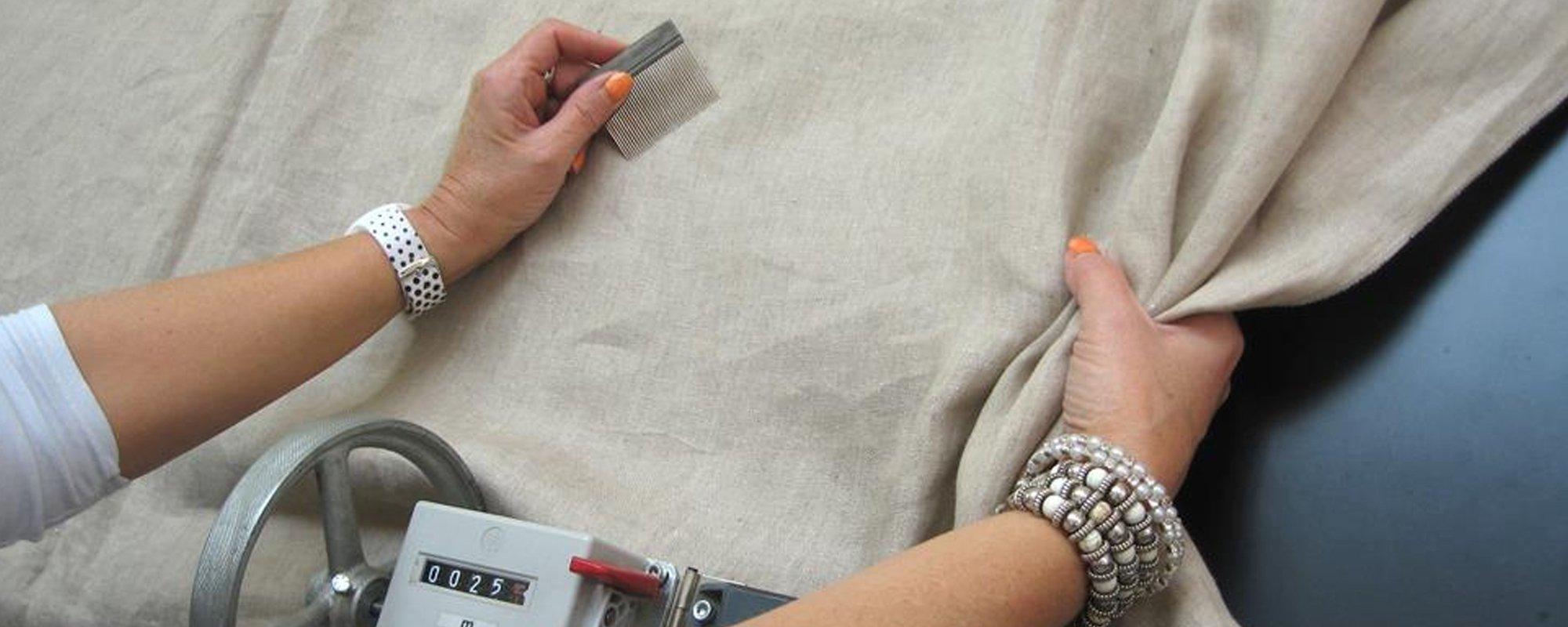 operaia mostra un tessuto in cotone