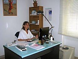 Dottoressa che lavora al computer