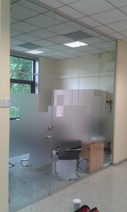 vetro trasparente di un ufficio