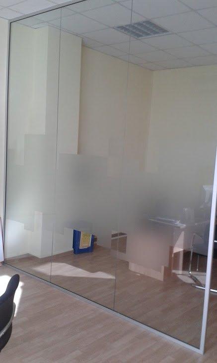 vetro di un ufficio con sticker
