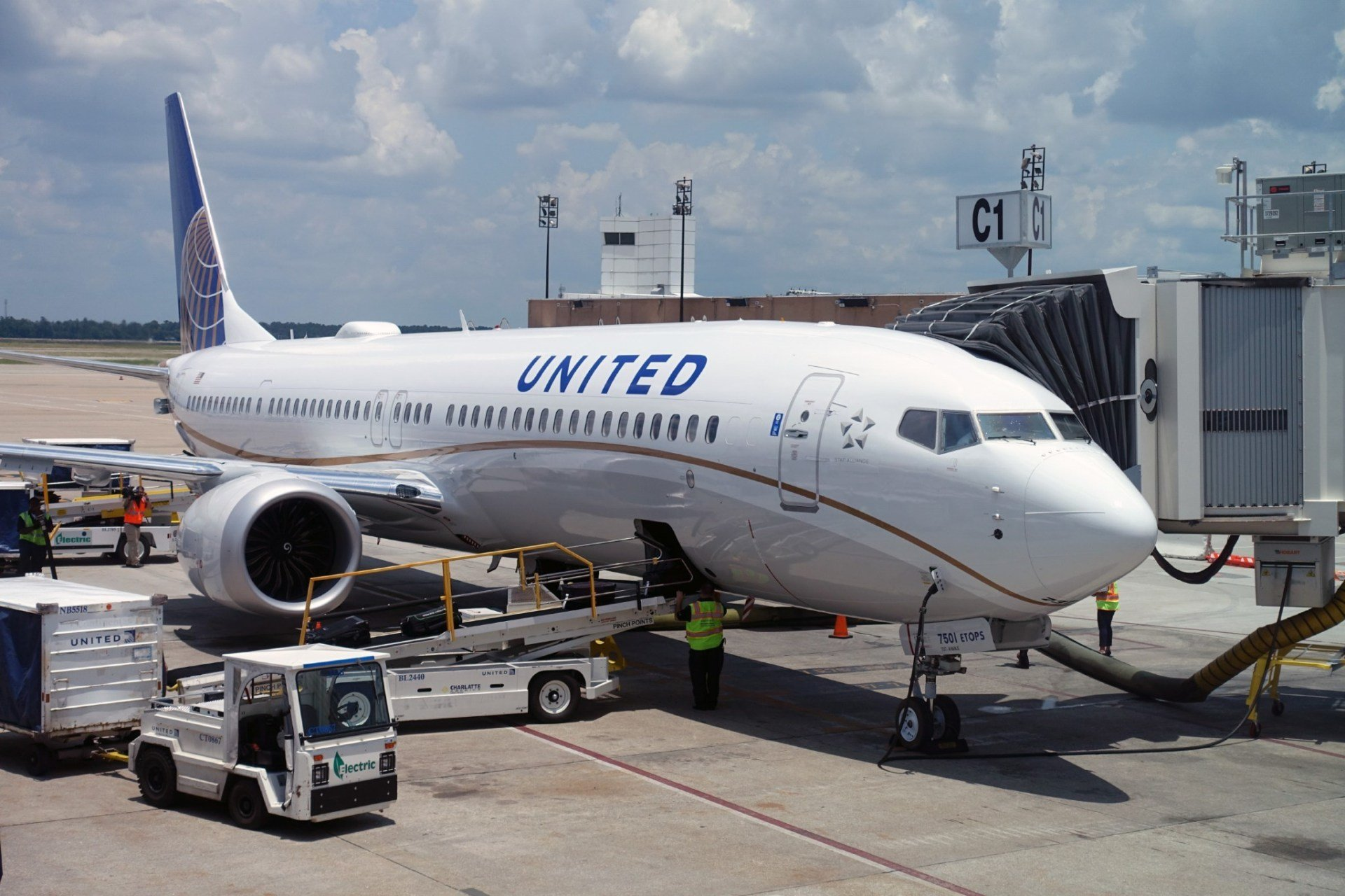 United Orders More Boeing 777-300ER and 737 MAX Aircraft, Sets New
